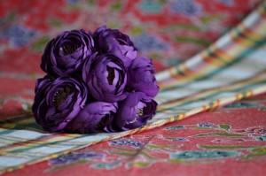 Bloemen en sarong paars en rood x
